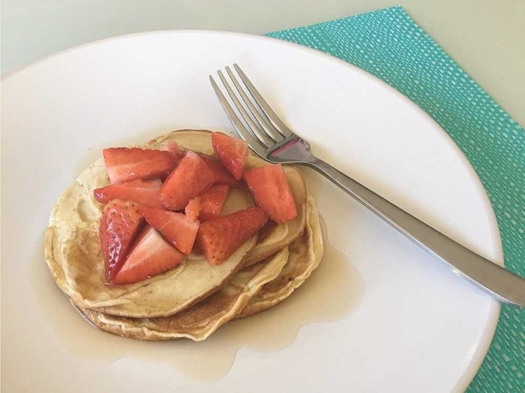 Sugar-free Pancakes with Strawberries - Love from Mim